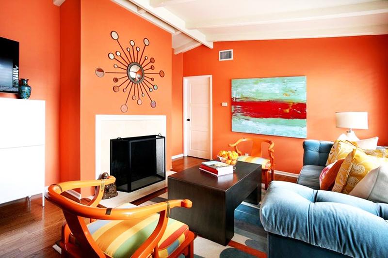 Морковный цвет стен дарит настроение всем обитателям дома, при этом может быть весьма стильным, если правильно подобрать аксессуары
