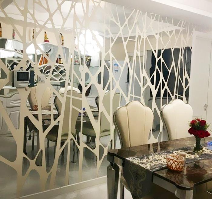 Чтобы комната не стала слишком «холодной», частично закройте зеркало каким-то узором