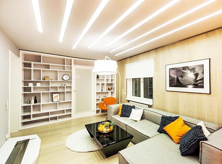 Основная часть освещения закладывается в натяжной потолок – вы можете использовать линейные или точечные лампы