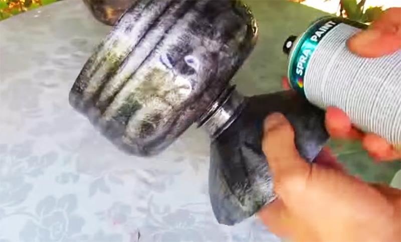 Нанесение защитного слоя – бесцветный лак добавит металлического блеска