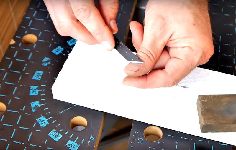 Край ножа следует заточить с обеих сторон, и кончик в том числе. Проверить остроту ножа довольно просто: проведите им по ногтю. Если нож не скользит, а застревает, значит, он достаточно острый