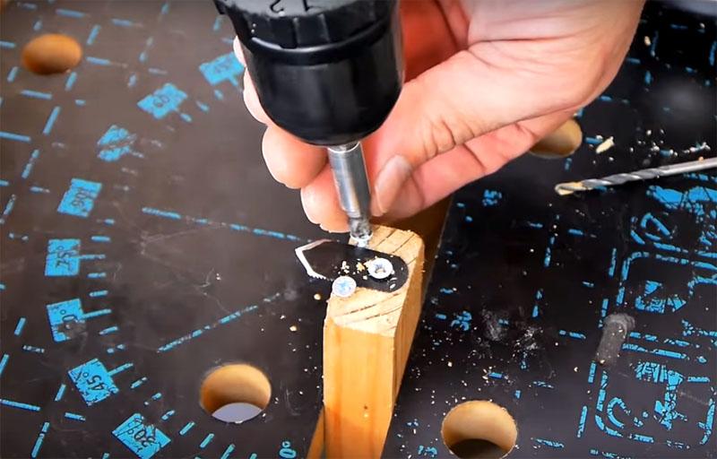 Резать гипсокартонную плиту будет гораздо легче, если использовать простое механическое приспособление, состоящее из двух планок. На торец одной из них и закрепляется нож с помощью одного самореза по центру и пары по краям