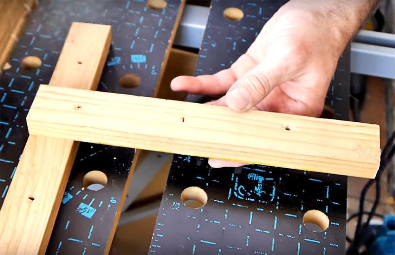Само приспособление состоит из двух планок в т-образном соединении, в котором ножка двигается относительно поперечной планки для установки разного расстояния