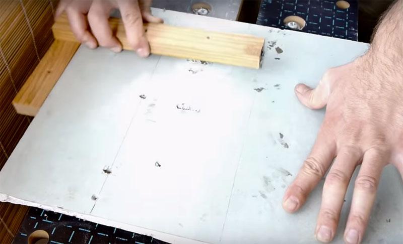 Теперь, когда нужно обрезать край гипсокартона, достаточно приставить планку к плите, отмерить нужное расстояние и провести ровную линию, нажимая на планку с ножом