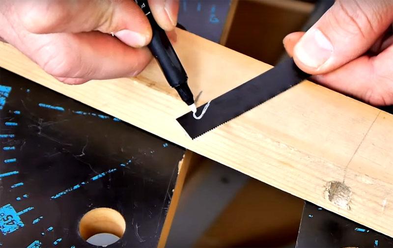 На кончике полотна нужно выпилить вот такой крючок и заточить его края