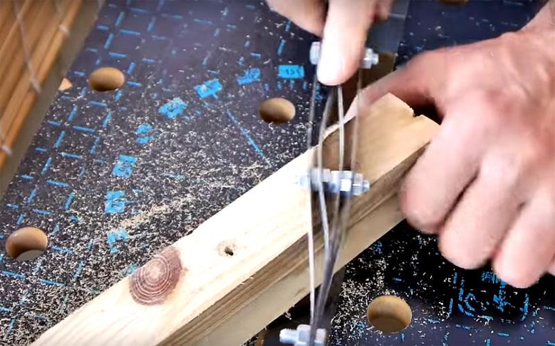 Такой рашпиль отлично шлифует дерево. Особенно он пригодится, если есть необходимость снять с поверхности дерева старую краску. Зубчики пилок сдирают даже самый тонкий слой краски