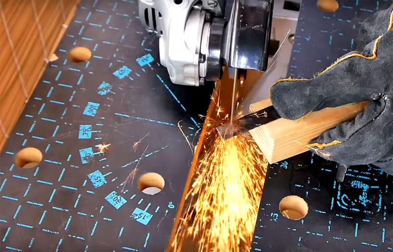 Для этого инструмента, впрочем, как и для всех остальных, вам потребуется болгарка и отрезной диск по металлу, который справится со сталью пилки. Работа довольно тонкая, можно сказать, ювелирная, так что потребуется виртуозное владение этим инструментом