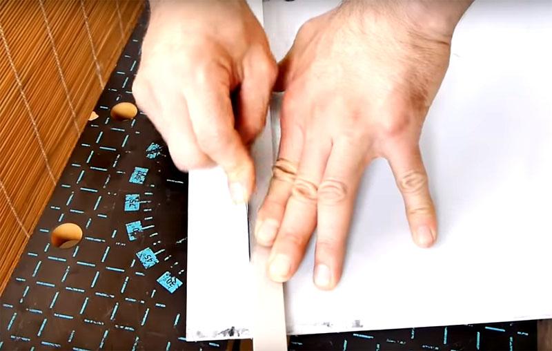 Если вам нужно ровно разрезать лист пластика, проведите линию по линейке с усилием