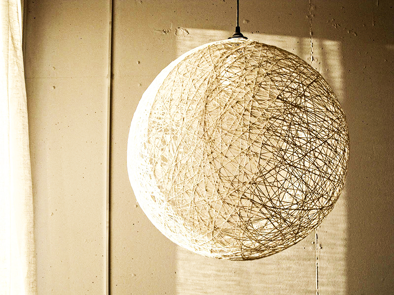 Такой шаровидный абажур украсит квартиру и станет отличным вариантом для декора в эко-стиле
