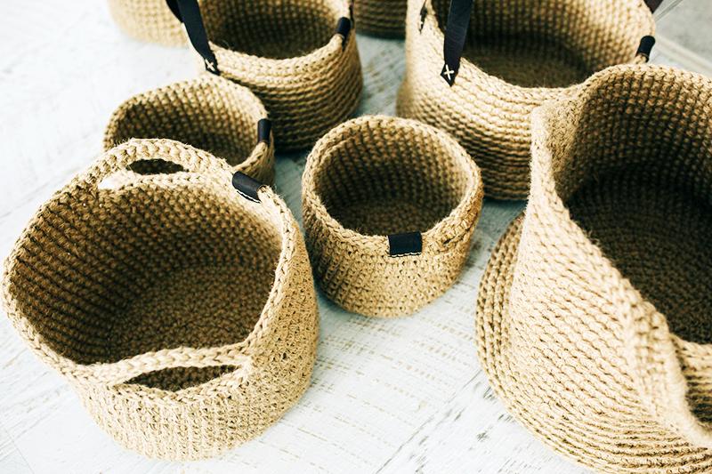 Сплетите несколько корзинок разных размеров и расставьте их по дому – они украсят любой интерьер