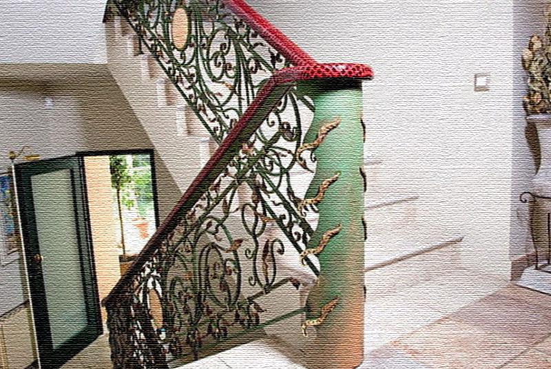 Межэтажные столбики в виде колонн покрашены в нежный зелёный оттенок и декорированы золотыми элементами в виде змей