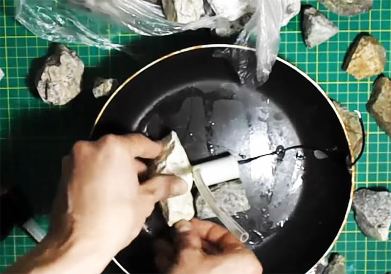 Моторчик временно фиксируется на дне сковороды, провод аккуратно прокладывается по дну