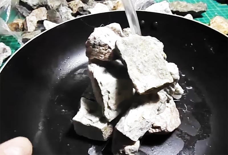 Камни поэтажно укладываются вокруг трубки, скрывая её от внешнего взора