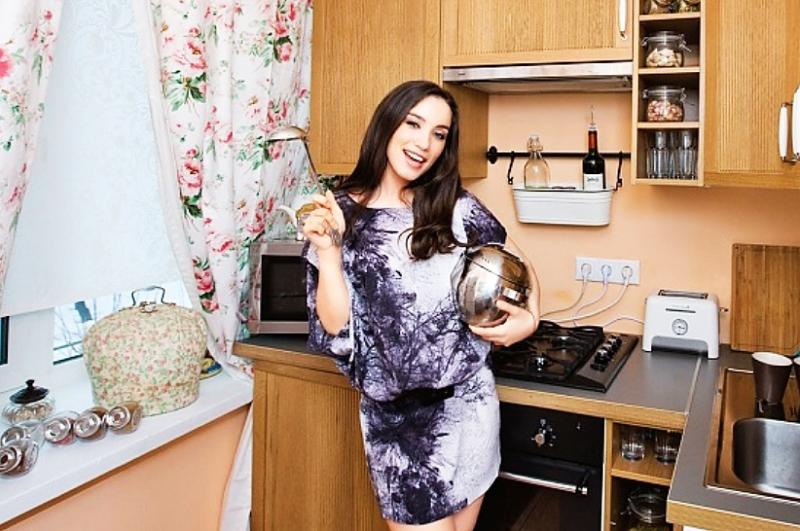 На кухне много открытых полочек, на которых Виктория разместила стильную посуду и баночки для хранения цукатов
