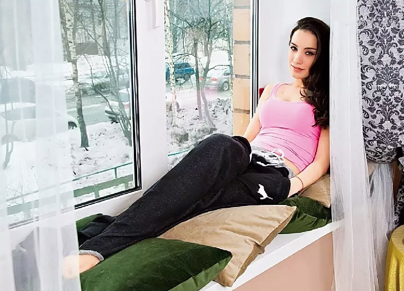 Подоконник украшен красивыми декоративными подушками