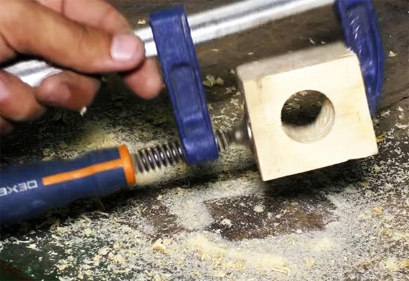 В деревянном кубе сверлится отверстие диаметром 25 мм