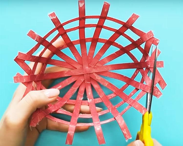 Снимите изделие с формы и аккуратно обрежьте края ножницами