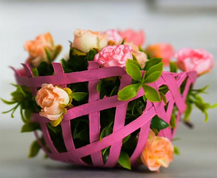 Заполните импровизированную корзинку зеленью и цветами
