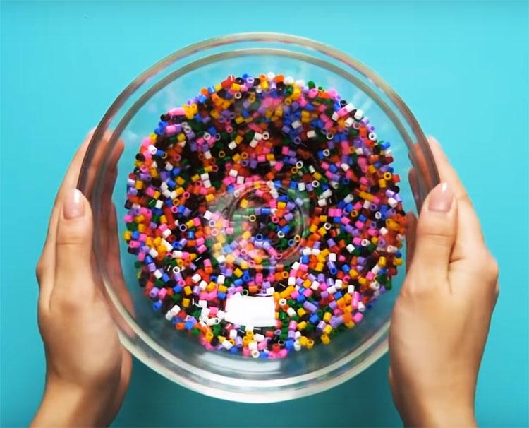 Выложите нарезанные трубочки в стеклянную миску и придавите другой миской меньшего объёма так, чтобы содержимое равномерно распределилось внутри