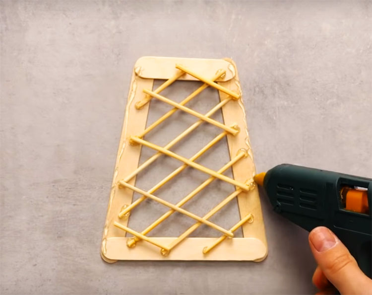 Добавьте поверх решётку из палочек для шашлыка, приготовьте 4 таких одинаковых детали