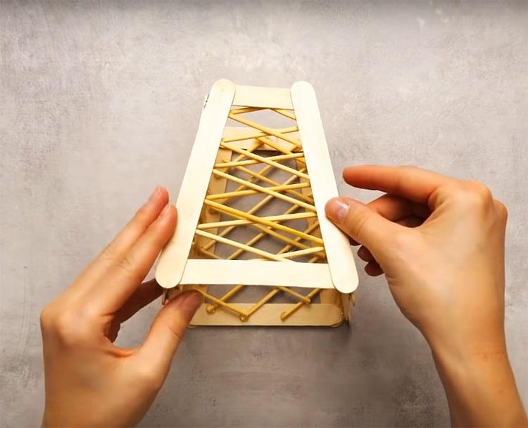 Соберите детали в одно целое и закрепите по краям горячим клеем