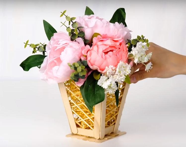 Заполните корзинку сизалем и поставьте букет: такую корзинку можно поставить на стол или повесить на стену для украшения
