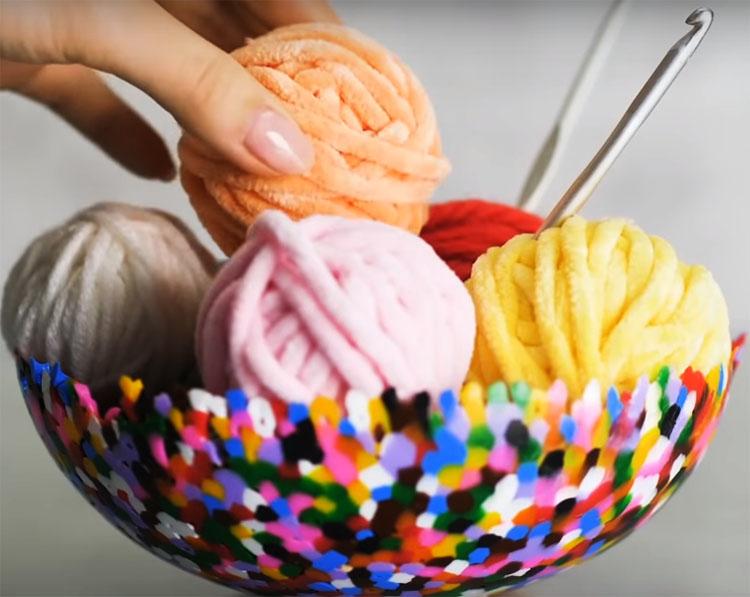 Яркая ваза станет заметной деталью в вашей обстановке, и вы сможете использовать её для конфет или разных мелочей