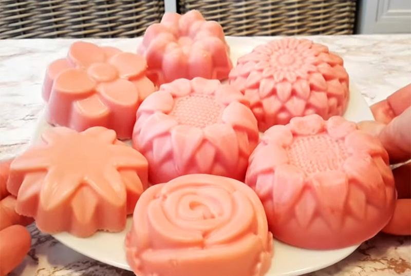 Мыло разной формы можно уложить на тарелке и красиво упаковать