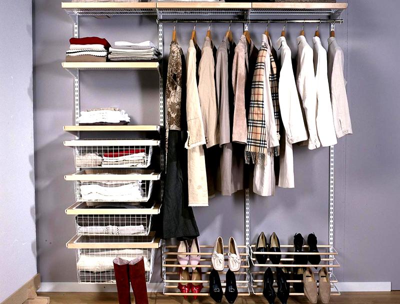 В маленьких квартирах идеальное решение для гардеробной – многоуровневый открытый шкаф-стеллаж. Наполняйте его дополнительными элементами, позволяющими сделать хранение более комфортным. Это могут быть коробки, отдельно присоединённые выдвижные ящики и корзины для хранения мелких аксессуаров
