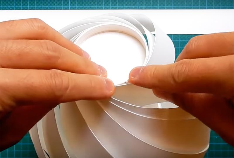 Последовательно двигайтесь по окружности, подклеивая бумажные ленты в указанном порядке. Если всё сделано правильно, у вас получится стройная конструкция с воздушной структурой
