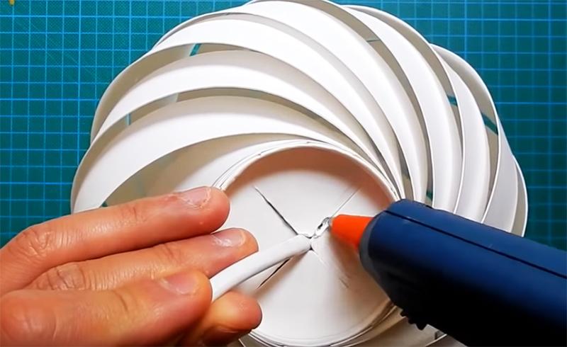 Чтобы абажур не слетел с лампы, нужно запечатать разрез. Сделать это можно скотчем или тем же клеевым пистолетом, который вы использовали для сборки конструкции