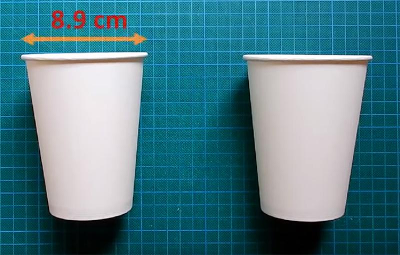 Бумажные стаканчики – самые простые, желательно без яркой окраски, так как они лучше всего пропускают свет. Если есть выбор – берите стаканчик из качественного, достаточно прочного картона