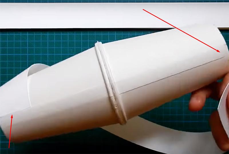 Затем оберните ленту вокруг основания и приклейте с противоположного конца, ориентируясь на противоположную разметку