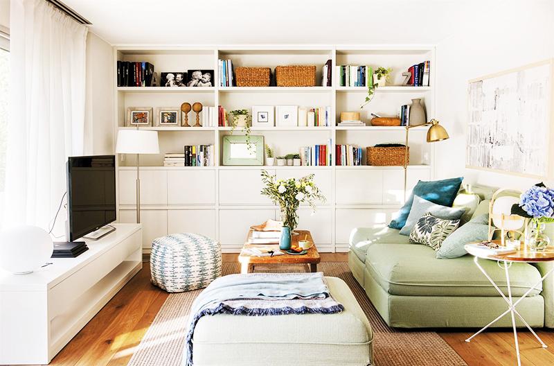 Сочетайте несколько вариантов хранения – стильные вещи помещайте на открытые полки, а личные предметы и косметику – в закрытые шкафы. Также можно прятать громоздкие подушки, постельные принадлежности и одежду в пуфы и кресла