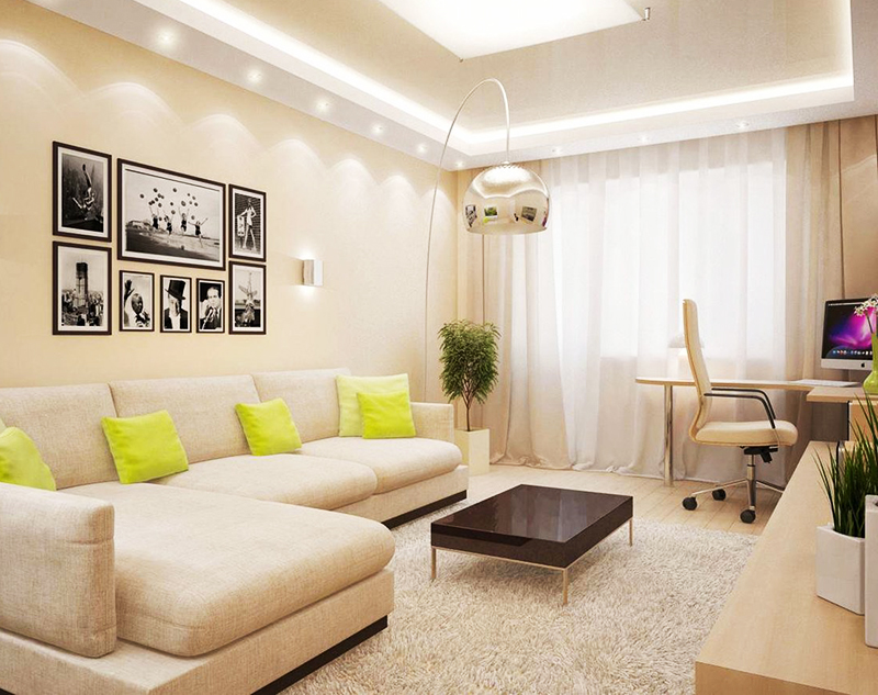 Даже если вся комната оформлена в светло-бежевом цвете, добавьте яркие акценты, например декоративные подушки зелёного цвета и стол из тёмного дерева, расположенный в центре гостиной