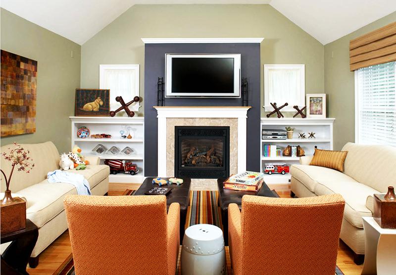 Идеальный вариант для маленькой комнаты – два ярких кресла и журнальные столики, за которыми можно с удобством расположиться. Если к вам придут гости, усадите их за стулья, которые в обычное время могут стоять в другой комнате