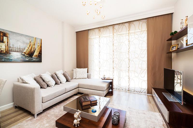 Если вы сомневаетесь, что сможете подобрать подходящие аксессуары и текстиль, используйте самые простые вещи – бежевые занавески, светло-коричневый половик. Следите за тем, чтобы в одной комнате использовалось не более 3-4 разных оттенков, тогда маленькое помещение не будет казаться перегруженным лишними деталями