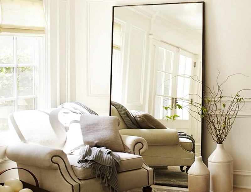 Найдите любое большое зеркало в минималистичном дизайне и используйте для зрительного увеличения пространства в вашей гостиной. Не обязательно вешать зеркало, вы можете просто прислонить его к стене