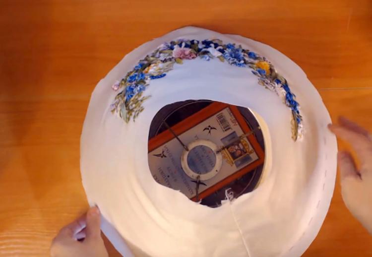 Сшиваем тканевую основу и натягиваем на наш пластиковый абажур