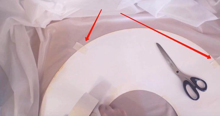 Просто зафиксируйте основу обычным малярным скотчем. Он не оставит следов, хорошо удаляется, но со своей задачей справляется на отлично