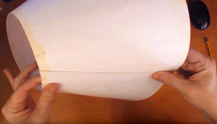 Склеиваем абажур при помощи горячего клея, это делать нужно аккуратно, чтобы не перегреть пластмассу