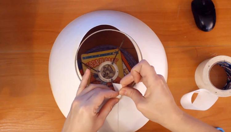 С помощью уже знакомого нам скотча фиксируем абажур к центральному кольцу под цоколь лампы