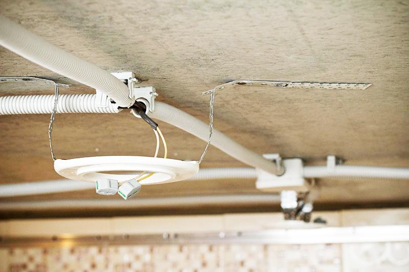 Основная часть светильника находится под натяжным потолком, поэтому работайте осторожно, чтобы не повредить его