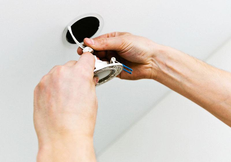 Перед тем как поставить новую лампу, убедитесь, что она подходит по размеру. Лучше всего приобретать точно такую же лампочку, которая стояла раньше, и не экспериментировать