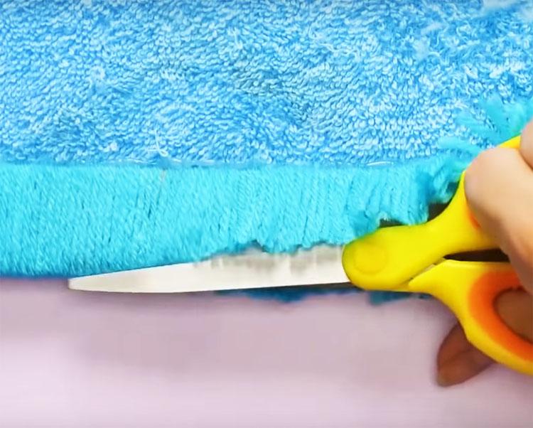 Вытащите картонную полоску из намотки и ножницами разрежьте намотку пополам. Получится двойная бахрома