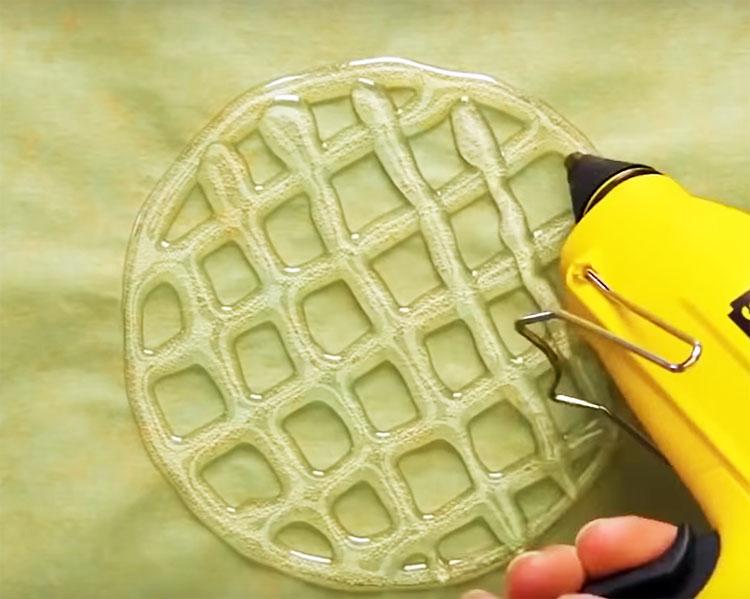На полиэтиленовой подложке нарисуйте клеевую сеточку и подождите, пока состав застынет