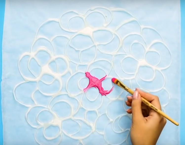 Если вы используете обычный клей, рисунок получится прозрачным. Добавьте водостойкую латексную краску, чтобы сделать узор ярче