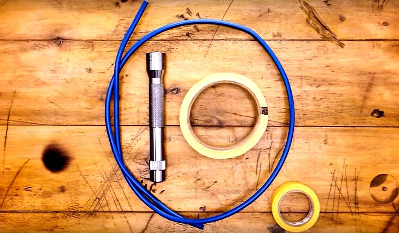 Всё, что нужно для этого – светодиодный фонарик небольшого размера, кусок толстого прочного провода длиной примерно 60-70 см и тот же малярный скотч или изолента. Провод должен хорошо держать форму, это единственное требование к нему