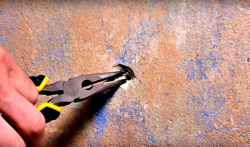 Приходится долго ковырять стену, увеличивая отверстие, а это крайне нежелательно