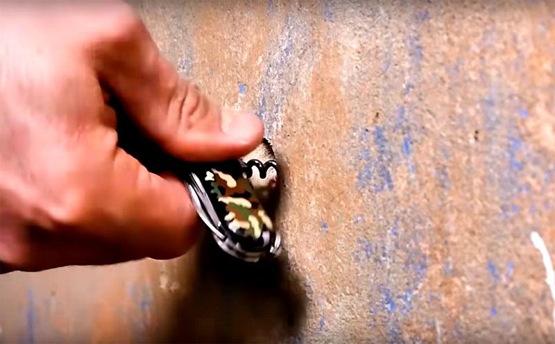 Выручит вас самый что ни на есть мужской инструмент: штопор. Без него точно в доме не обойтись. Вкрутите металлическую спираль в чоп и тяните его из стены